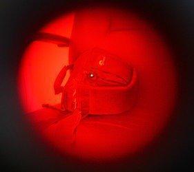 Вид на камеру видео-наблюдения, спрятанную в сумке, через окно объектива обнаружителя BugHunter Dvideo
