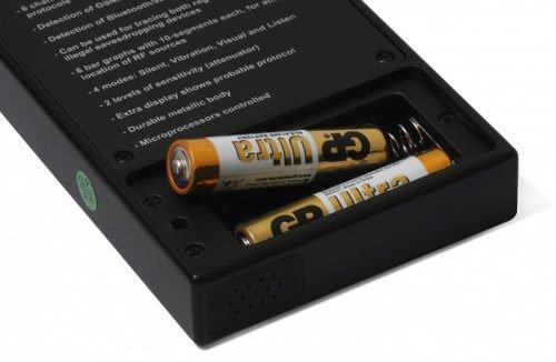 Батарейный отсек расположен на тыльной стороне детектора Защита 1207i, а для доступа к нему нужно открутить винт