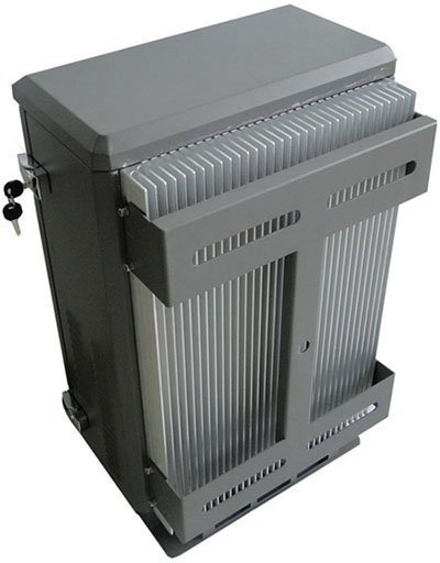 """Задняя поверхность термошкафа подавителя сигналов """"Баргус-150W"""" снабжена ребристым радиатором для отвода тепла, что обеспечивает системе дополнительную надежность"""