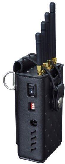 """Сбоку портативного подавителя GPS сигнала """"BlackHunter GPS-12G"""" находятся переключатели диапазонов"""